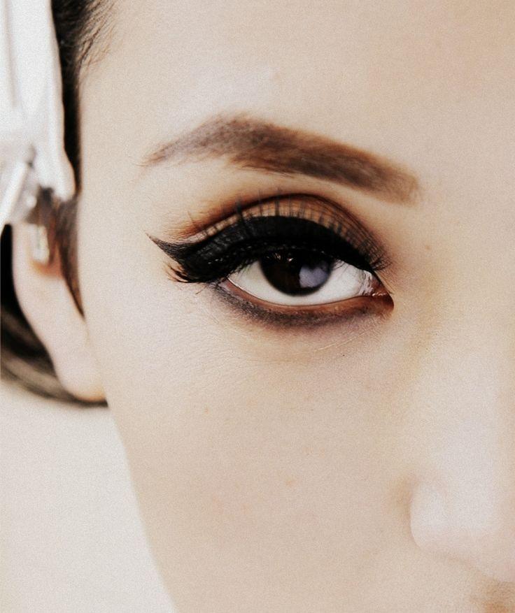 cat eyeEye Makeup, Cat Eye, Makeup Tricks, Dark Eye, Wings Eyeliner, Cateye, Vintage Makeup, Red Lips, Eye Liner