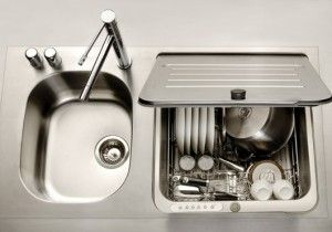 Lavastoviglie posta sotto il lavello per sfruttare al meglio gli spazi della cucina...questo innovativo elettrodomestico lava e asciuga le stoviglie in mezzora, presenta cinque tipologie di programmi di lavaggio ed è di classe energetica B.  Una vasca per il lavello e un piano d'appoggio affiancato e, in caso di necessità, è possibile estrarre il cestello della lavastoviglie, alloggiato al di sotto del piano lavello, per ottenere la seconda vasca!