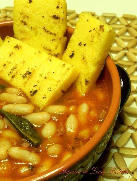 Italian Food: Zuppa di fagioli e salsiccia con crostoni di polenta grigliati. - Sopa de habichuelas y salchicha con Polenta tostada. - Bean & sausage soup with toasted Polenta.