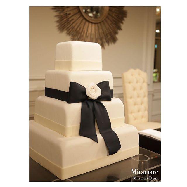 . . 【ウェディングレポ34 #mitsuki_wedding 】 . ウェディングケーキはこちら . プロポーズのときのプレゼント カメリアのネックレスと、 お色直しドレスのネイビーリボンを モチーフに❤️ 大好きが詰まった とってもお気に入りのケーキ❤️❤️❤️ . . こちらはシュガーで作っていただいています プランナーさんが見せてくださった 海外のケーキの本に載っていたものをベースに アレンジしました . . #weddingtbt #25answedding#25ansウェディング#オフィシャルブライズ#花嫁ブロガー#卒花#卒花嫁#2016春婚#ウェディング#wedding #東京ステーションホテル#TokyoStationHotel#thetokyostationhotel#ウェディングレポ#日本中のプレ花嫁さんと繋がりたい#weddingparty#weddingcake#ウェディングケーキ##Camellia#カメリア