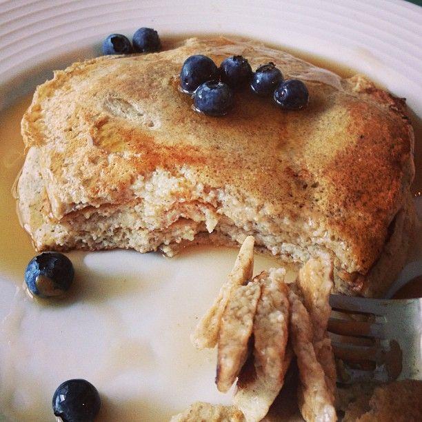 Panquecas de almendra! Licua 4 claras+1 chorrito de leche de almendras+1/4taza de harina de almendras+2 cucharadas de linaza+canela+stevia. Se pueden cenar! *Harina de almendras: licua por 15 segundos almendras naturales (crudas/no tostadas) con piel,cierne con colador y vuelve a licuar pedacitos grandes remanentes - @Sascha Barboza- #webstagram
