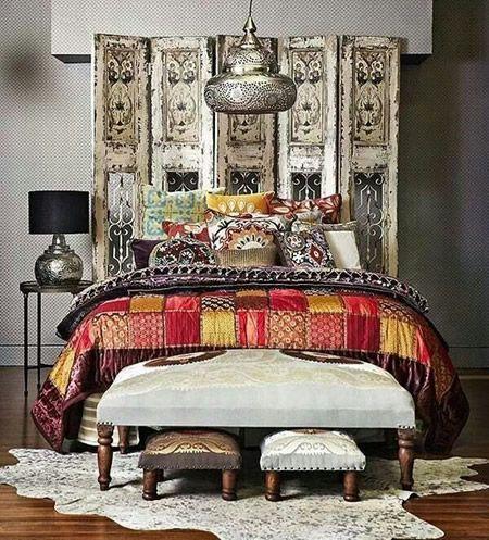 O estilo marroquino vem invadindo os lares, quer seja através das cores vibrantes, das mobílias detalhistas, dos elementos decorativos exóticos… decorar um ambiente por completo ou apenas com pontos de interesse marroquino trazem a sensação de aconchego e tranquilidade. Vamos viajar para Marrocos sem sair de casa? Inspire-se nas nossas dicas e boa viagem! 1. Tapetes
