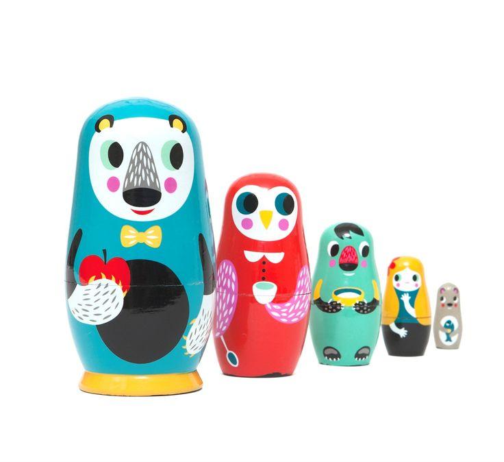 Οι ξύλινες κούκλες είναι κατασκευασμένες από την Helen Dartic.  Πρόκειται για ένα προϊόν 100% χειροποίητο το οποίο παράγεται απόχονδρό κινέζικο ξύλο  Επιπλέον είναι ζωγραφισμένο στο χέρι,  για αυτό το λόγο κάθε τεμάχιο είναι μοναδικό και μπορεί να διαφέρει με αυτό της φωτογραφίας.