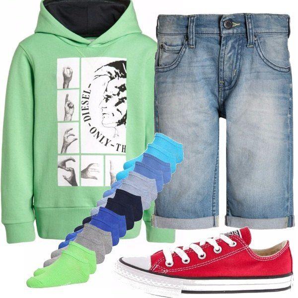 Il tuo bimbo sembrerà una vera rockstar con questo outfit firmatissimo! Felpa Diesel verde acqua e short in jeans Levi's. Spezza il rosso delle Converse, ma l'abbinamento è ok! Una bella scala di colori che richiamano i fondali marini per i calzini per far stare comodi i suoi piedini!