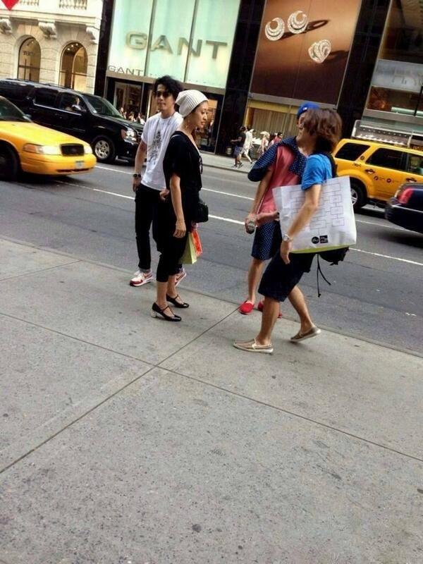When four celebrities randomly meet on an NYC street…Recently, a photo of Japanese actors Oguri Shun with wife,Yamada Yu, Ikuta Toma, and Okada Masaki (casting members in Japanese drama Hanazakari no Kimitachi e a.k.a Hani Kimi) were taken in New York City, where the stars allegedly study.