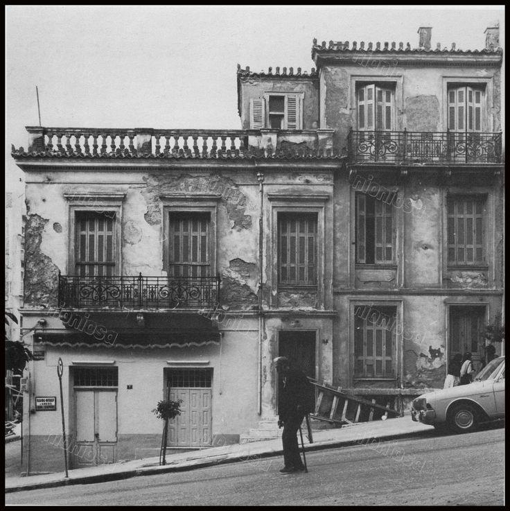 """Πειραιάς, Χαριλάου Τρικούπη και Νοταρά. Φωτογραφία από το βιβλίο του Στέλιου Β. Σκοπελίτη """"Νεοκλασικά σπίτια της Αθήνας και του Πειραιά""""."""