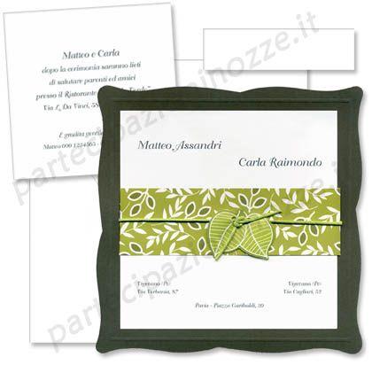 Art. 95368 - Cartoncino bianco liscio sovrapposto a cartoncino grigio, legati da striscia verde floreale e cordoncino verde con foglie pendenti