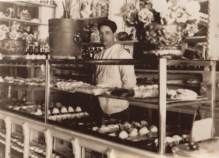 Interior de la Pastelería Flor y Nata, situada en la Plaza del Celenque. Principios del Siglo XX. Autor desconocido Fonoteca del Patrimonio Histórico.