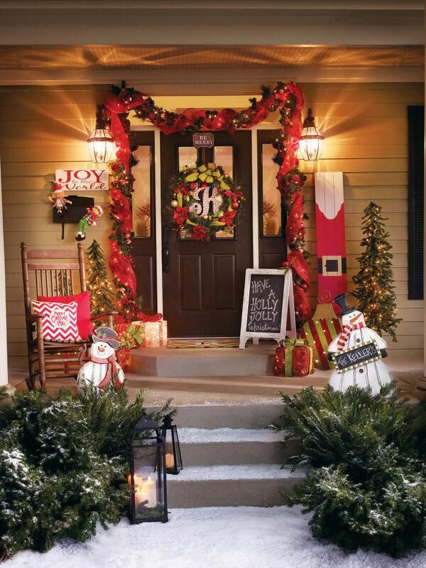 You have to start outdoors with your Christmas decorations before you can move indoors! Don't forget the wreath, the doormat, the garland and the steps!