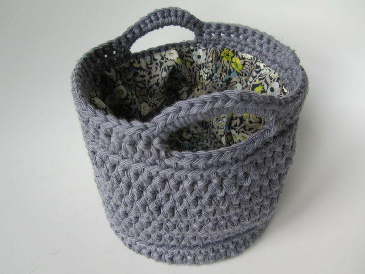 cesto de ganchillo con trapillo forrado en tela