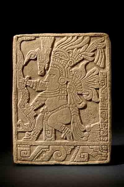 Бог древних ацтеков Кецалькоатль почитался как основатель цивилизации. Как гласит легенда, при жизни он был мудрым правителем, а после смерти стал богом. Поздние тольтекские короли взяли его имя, чтобы подчеркнуть свою связь с божеством – защитником их нации.