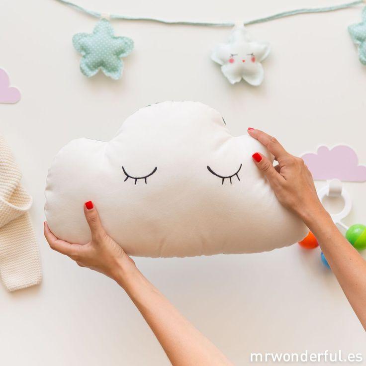 Cojín infantil con forma de nube - Estampado mint.  Dan ganas de achucharlo con solo verlo! #mrwonderfulshop #cushion #cloud #mint