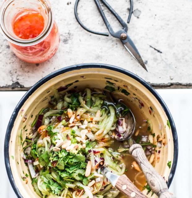 Frisch, lecker und gesund, der schnelle Gurkensalat ist der perfekte Snack für zwischendurch und kommt beim Picknick richtig gut an. Probier's selbst!