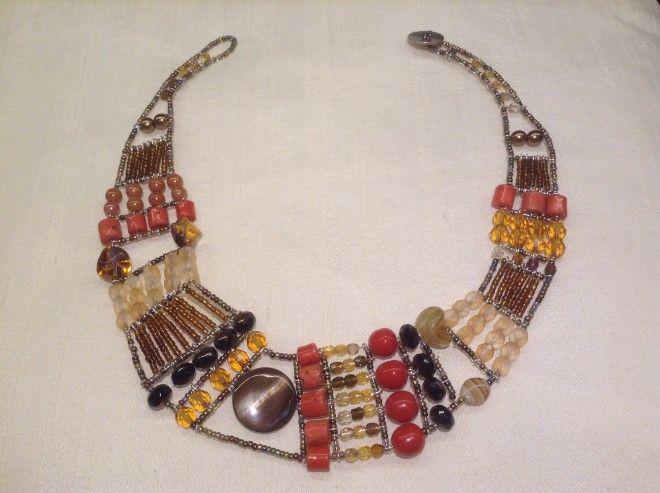ML C010.1 - Collana NAMIR Collana etnica, finemente lavorata a mano con filo argentato, composta da pietre semipreziose, cristalli, resine e perle in metallo brunito.