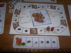 Le jeu de l'écureuil. pour 4 enfants.(GS maternelle) Il s'agit de faire ses provisions ( 1 noisette, 1 gland, 1 châtaigne, 1 pomme de pin, 1 noix ) avant d'avoir reconstituer le puzzle de l'écureuil. Il vous faut un dé, 4 pions (pensez aux petites figurines qu'on trouve dans les kinder ) une planche à provision par enfant et des petites images jeu_de_l__cureuil, un puzzle d'écureuil ecur,