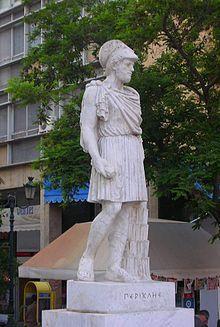 Pericles y sus allegados no fueron inmunes a los ataques de las facciones rivales, puesto que la preemeniencia en la democracia ateniense no era equivalente a un mando absoluto. Justo antes de que estallara la Guerra del Peloponeso, Pericles y dos de sus socios más cercanos, Fidias y su compaññera, Aspasia de Mileto, se enfrentaron a una serie de ataques personales y judiciales.