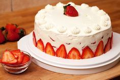 Erdbeer-Schokoladensahnetorte aus frischen Erdbeeren mit weißer Schokolade und viel Frucht. Meine Torte bekommt zwei Schichten mit Erdbeeren, was die Verwendung von Sahnesteif unentbehrlich macht. Andernfalls würde die Torte zu instabil. Für den Boden habe ich eine Springform mit einem Innendurchmesser von 26 cm verwendet. Der Boden der Springform wird mit einem Backpapier ausgelegt, und mit...Read More »