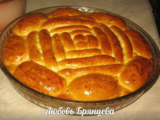 Весенний пирог с зеленым луком и яйцом 300 мл смеси молока с водой 100 мл растительного рафинированного масла 3 ст.л. сахара 1 ч.л. соли 1 яйцо (белок - в тесто, желток - для смазки верха) 2 ч.л. сухих дрожжей около 500 г муки   Начинка: большой пучок лука пучок зелени 3-4 вареных яйца 1-2 ст.л. вареного риса для рассыпчатости (можно без него) соль перец 2 ст.л. растопленного сливочного масла