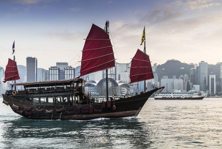 Hong Kong - die pulsierende Mertopole des Orients! Voller Abenteuer, Romantik und Mythen. Der stille Hafen birgt Gefahren...und ist genau deswegen so anziehend! Magische Farbtöne. #China #Hafen #Romantik #Reisen Lust auf Asiens Schätze & Kreuzfahrt? http://www.rewe-reisen.de/detail.html?ttid=PH&hid=6H0166D&ssnid=W14&na=2&nn=14&mnth=2015-03-15&rid=CA&bid=FB