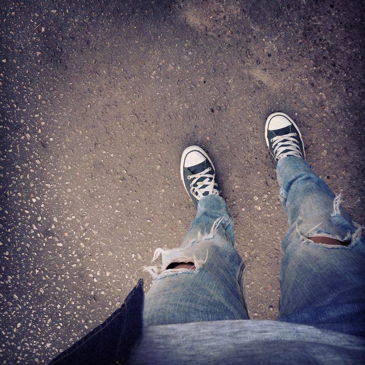 Ripped jeans & All Stars