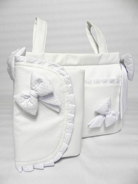 Impresionante conjunto de polipiel blanca con volantes y lazos de piqué blanco. Está compuesto por bolso de maternidad, bolso panera, cambia...