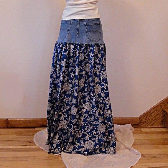 Dieser handgemachte lange Jeans Rock verfügt über eine überarbeitete Jeans-Joch mit einem Rock ziemlich paisley print Baumwolle in blau und Creme. Saum ist leicht gefranst, um unteren Rand Joch zu ergänzen. Siehe Foto der Saum Detail. Hübsch, gibt feminine und angenehm zu tragen, das Tropfen Taille Styling dieser lange Jeans Rock Ihnen eine vollständige einfach zu Rock, ohne lose in der Taille und Hüften tragen. Groß, mit T-shirt, Tank oder Pullover. Passende Gürtel bietet Ihnen Optionen f
