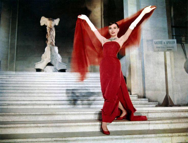 Richard Avedon. El bailarín Fred Astaire, interpretaba a un fotógrafo de moda inspirado en Richard Avedon. El vestuario fue diseñado de nuevo por Givenchy, como este traje de noche rojo que parece volar por las escaleras del Louvre con a la Victoria alada de Samotracia al fondo.: