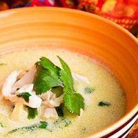 Sopa de frango tailandês com leite de coco, gengibre e erva-príncipe