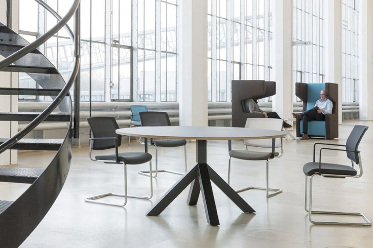 Voorgrond: Gispen Dukdalf tafel met Gispen Zinn conferentiestoelen. Achtergrond: Gispen Multilounge oorfauteuils