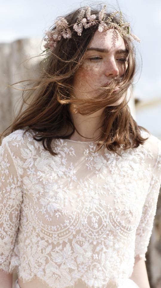 Boho style Christos Costarellos Νέα συλλογή νυφικών by Christos Costarellos 2016Νυφικά με πολύ δαντέλα, νυφικά που αγκαλιάζουν το σώμα, νυφικά με μακριά μανίκια, φούστα σε στυλ μεσοφόρι με τούλι και οργάτζα που συνεπαίρνουν κάθε υποψήφια νύφη.