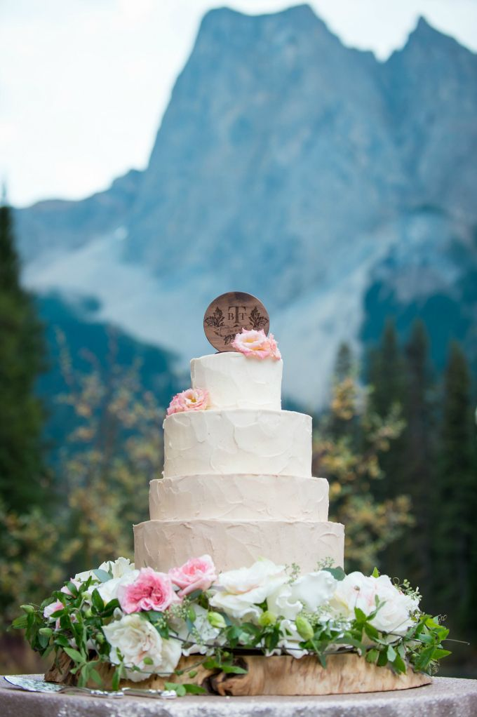 Mountain elegance from Naturally Chic | Photo by F8 Photography, Cake by Buttercream Bakeshoppe, Flowers by Flower Artistry, Topper by Naturally Chic. #emeraldlakelodge #mountainwedding