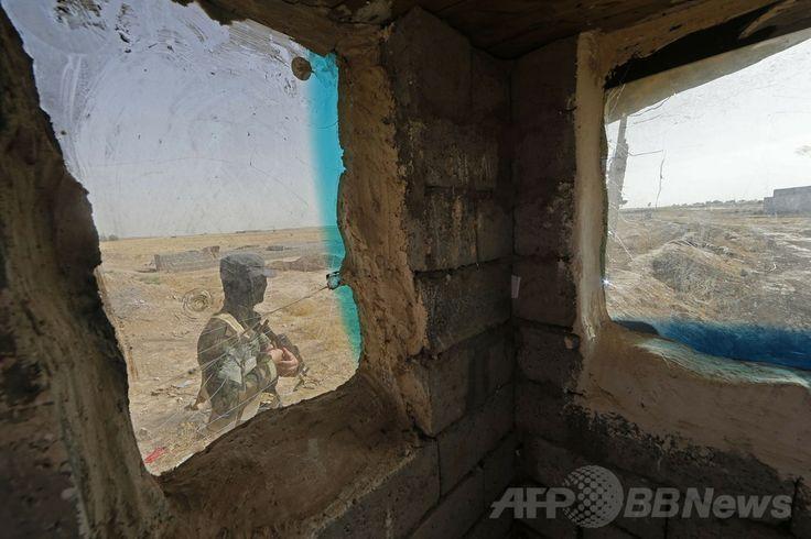 イラク北部トゥズフルマトゥ(Tuz Khurmatu)の検問所をパトロールするイラク・トルクメン人兵士。付近にスンニ派の武装勢力「イラク・レバントのイスラム国(Islamic State of Iraq and the Levant、ISIL)の拠点があるという(2014年6月21日撮影)。(c)AFP/KARIM SAHIB ▼23Jun2014AFP|スンニ派武装勢力、イラク西部で攻勢 複数の町を占拠 http://www.afpbb.com/articles/-/3018434 #Tuz_Khurmatu