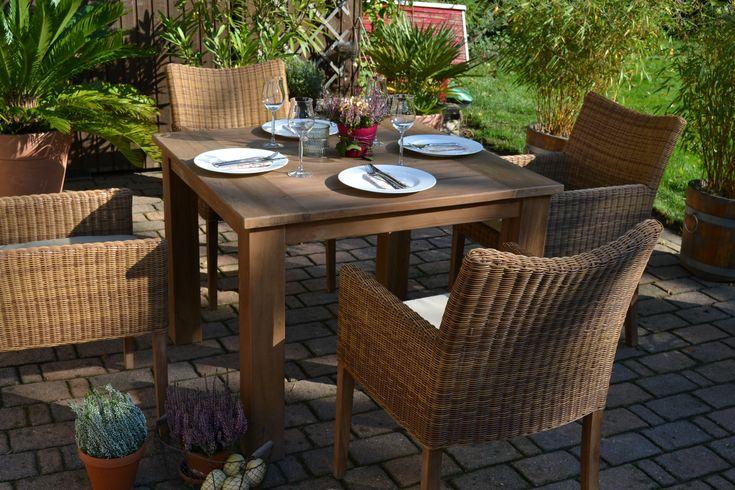 Maße: Tisch (L/B): 100 X 100 Cm, Höhe: 76 Cm Tischplatte: 2,7 Cm Stark  Tischbeine: Ca. 10cm Dick Sessel: Sitzhöhe Ca. 43 Cm, Sitzfläche Ca.