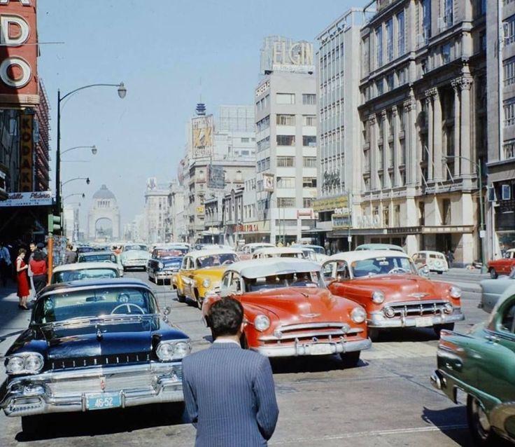 La avenida Juárez frente a los hoteles Regis y Del Prado, alrededor de 1960