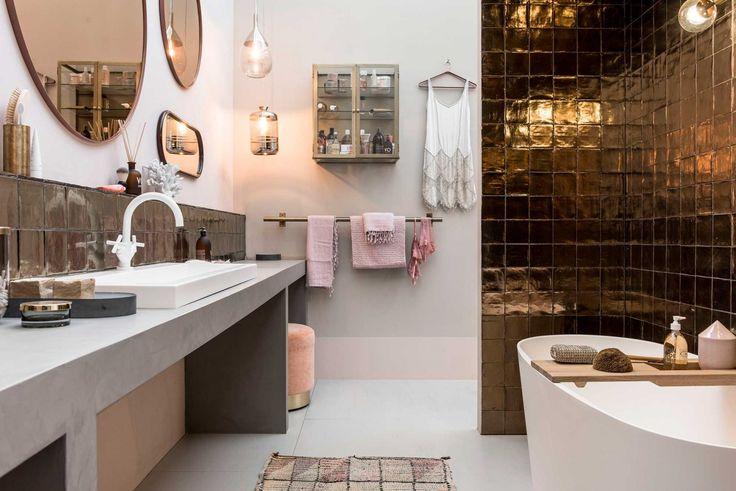 Badkamer met koperen tegels vtwonen huis op de vt wonen&design beurs   Fotografie Sjoerd Eickmans   Styling Marianne Luning, Cleo Scheulderman