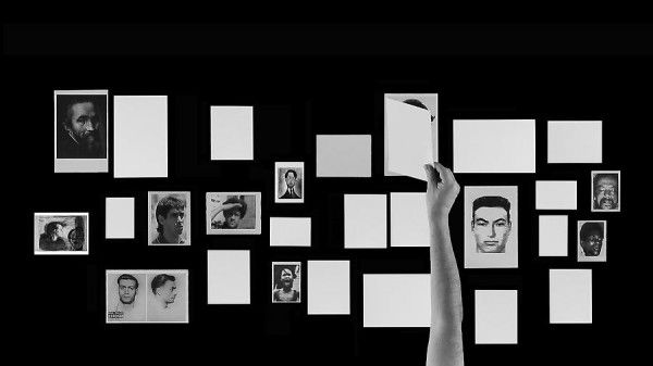 Oscar Muñoz, Editor Solitario, 2011, video proyección sobre mesa, 20 minutos. Cortesía: MARCO