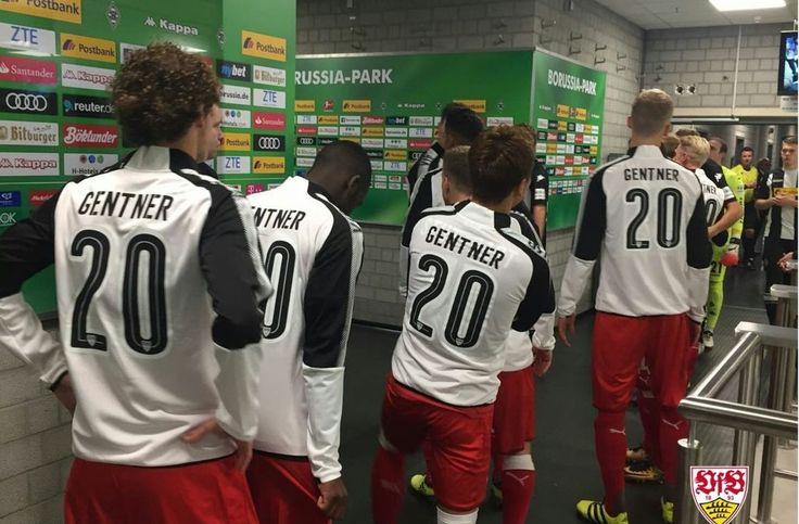 Die VfB-Spieler laufen mit Christian Gentners Name und Nummer ins Stadion ein. Foto: VfB Stuttgart