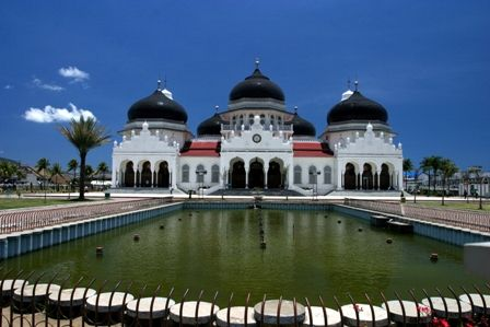With its bright white walls and majestic black domes, the 130-year old grand mosque is a magnificent site. It was here that hundreds of people sought refuge during the 204 tsunami that flattened most of the landscape of the city.