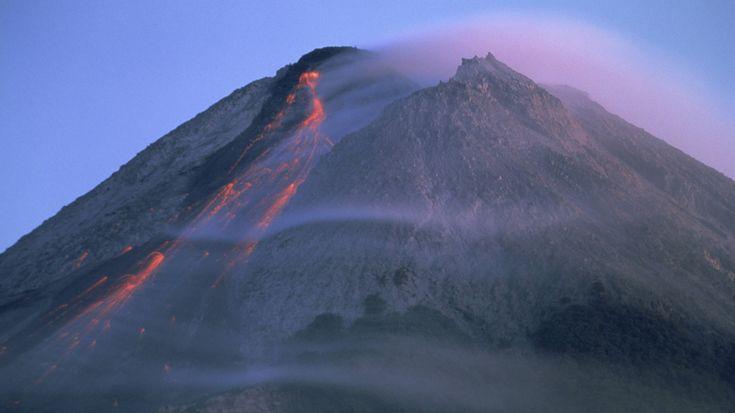 Obwohl ihre Existenz ständig in Gefahr ist, leben überall auf der Erde Menschen in nächster Nähe von Vulkanen. Die Feuerberge schaffen für sie die Lebensgrundlage, denn ihre Erde ist besonders fruchtbar. Doch viele dieser Vulkane sind unberechenbar – so wie der Ätna auf Sizilien, der chilenische Puyehue oder der Anak Krakatau in Indonesien. Immer wieder kommt es zu Ausbrüchen, die zahlreiche Menschen das Leben kosten.-Merapi, Indonesien