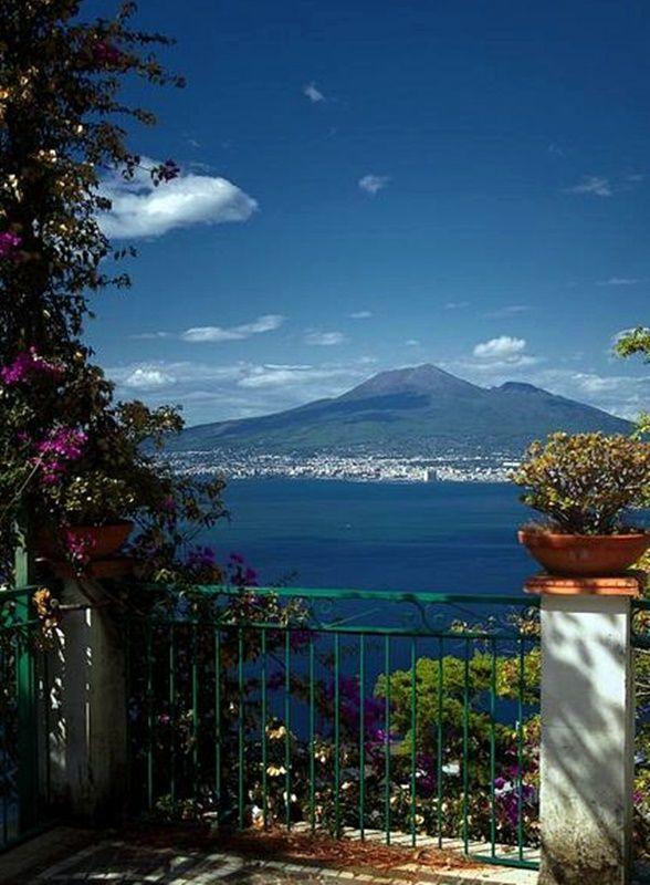 Mount Vesuvius that destroyed Pompeii & Herculaneum on 79 AD