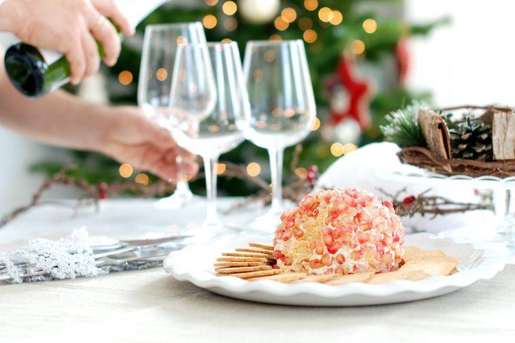 En cualquier fiesta es imprescindible un buen entrante para empezar a disfrutar en la mesa. Hoy hacemos una bola de quesos con granada en Thermomix.