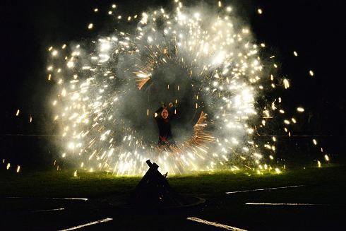 """""""Wir sind bunt."""" So lautete das Motto der zweiten Auflage von """"Park Leuchten"""" im Kennedypark. Lichtkünstler Jörg Rost hatte Mitte Oktober 2015 ein beeindruckendes Ambiente geschaffen – sehr zur Freude der mehr als 1000 Besucher, die dem miesen und kalten Wetter trotzten."""