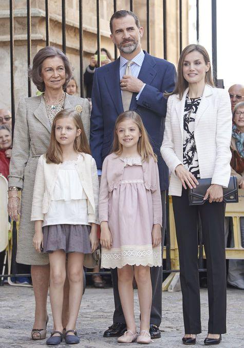 """królowa [""""na emeryturze""""] Sofia, król Hiszpanii Felipe VI, królowa Letizia, infantka Leonor i infantka Sofia"""