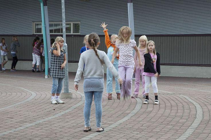 La educación de este país europeo es la mejor del mundo según los informes del Programa Internacional para la Evaluación de Estudiantes (PISA). Lejos de estimular la eficiencia y la competitividad, su sistema público personaliza la enseñanza y valora la creatividad por sobre los resultados. ¿Es el mundo del revés? No, es Finlandia, una sociedad que revolucionó la escuela dando a la infancia más tiempo para jugar.