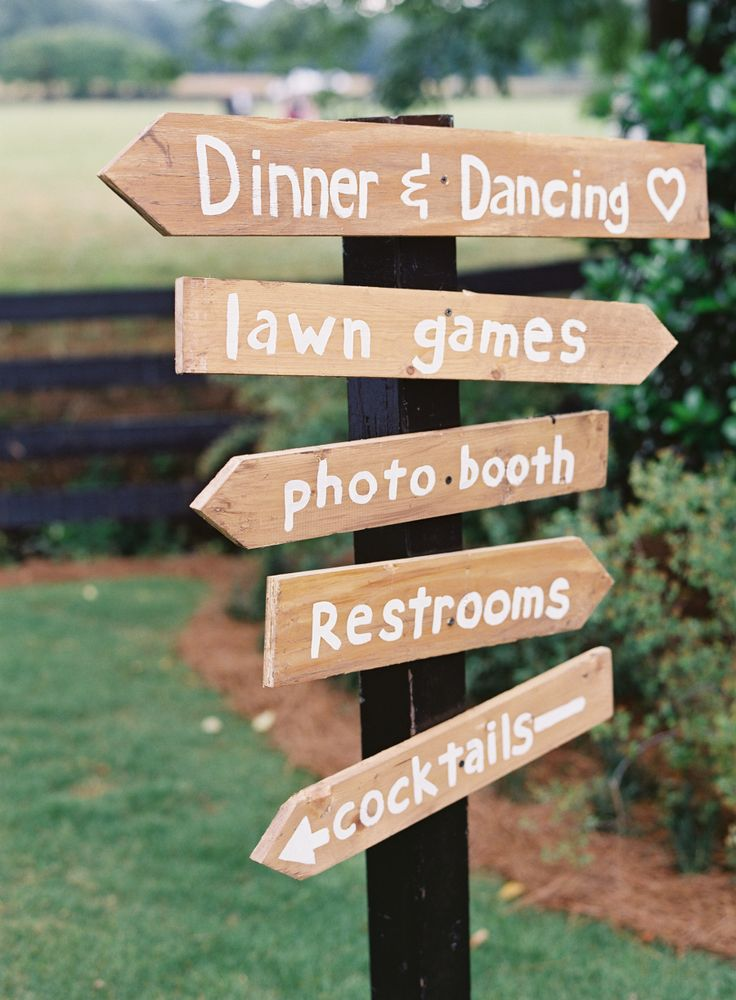 Outdoor wedding lawn sign | Photography: Virgil Bunao Photography