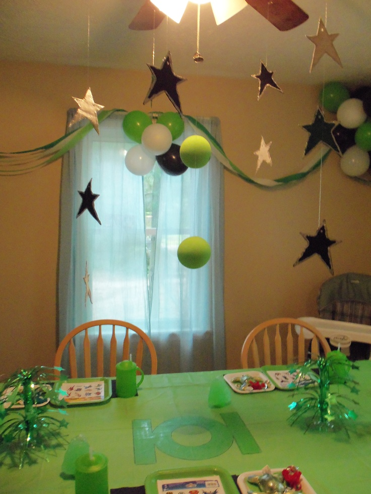 We love this Green Lantern birthday party set-up