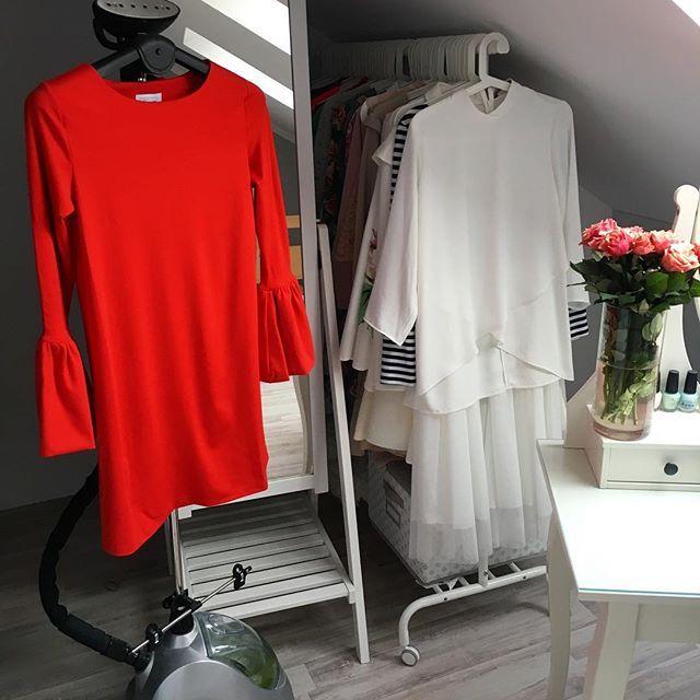 Inspiracja na Święta 😍 @bydesignstore ! Sukienka z pięknymi rękawami 💣 Wpadajcie na Snapa 🐾 i niezastąpiony @steamaster 🌷 #dress #reddress #red #Christmas #December #fashionideas #fashionista #instablogger #blogger 🙌🏻
