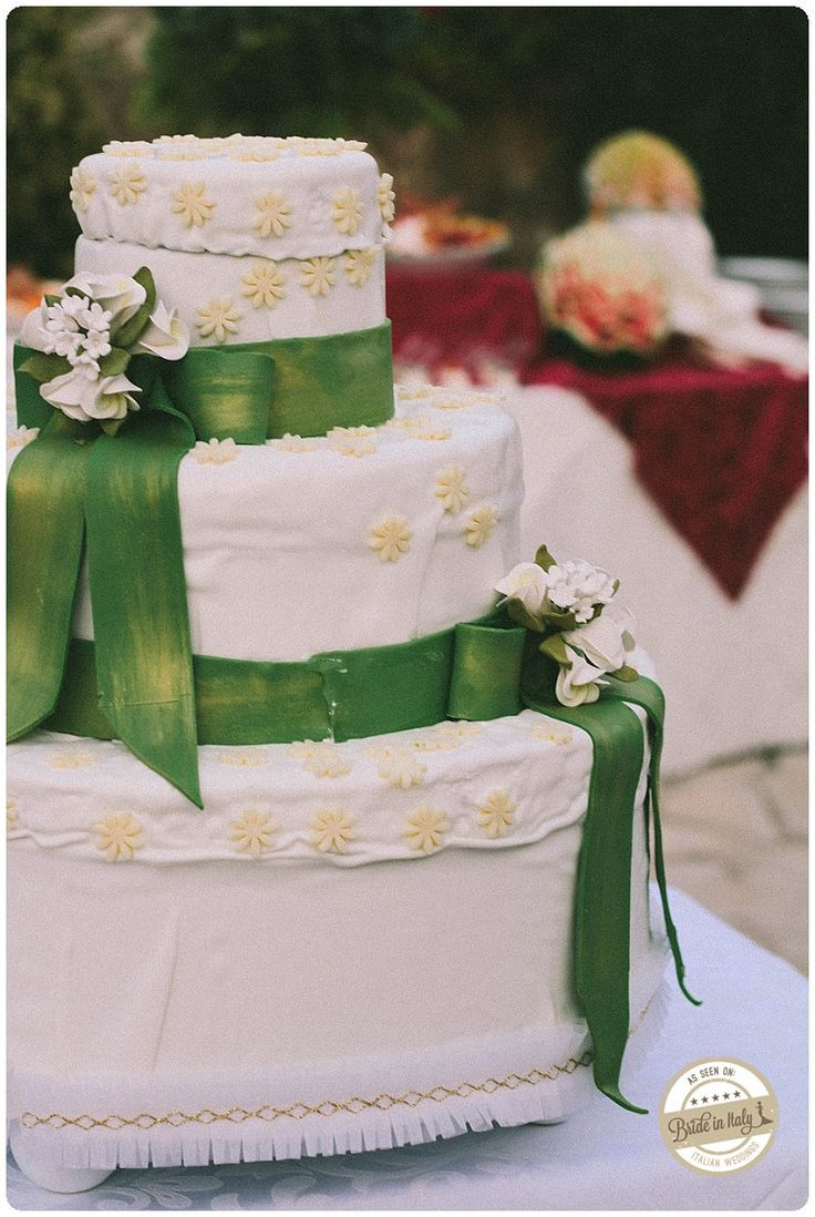 Wedding cake with green satin ribbons, cute :) Ph Gabriele Parafioriti http://www.brideinitaly.com/2013/10/parafioriti-sicilia.html #italianstyle