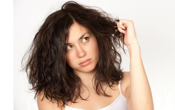 Você tem o cabelo opaco? Áspero? Sem vida? Quem tem cabelo seco sabe bem o que significa esse problema. Estes sintomas desagradáveis são causados pela produção deficiente de oleosidade no couro cabeludo, que pode ter causas genéticas ou ambientais, como muita exposição ao sol e ao clima, tratamentos químicos ou até mudanças na temperatura.