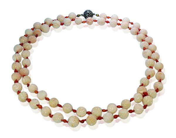 Korallen Variationen. Direkt aus dem Schmuckkästchen der Nixen. Diese beeindruckende Kette trägt geschnitzte Korallen Perlen und kleine r... Rosa Koralle, Korallenkette
